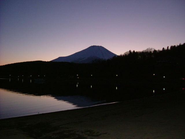 夕闇の中の富士山
